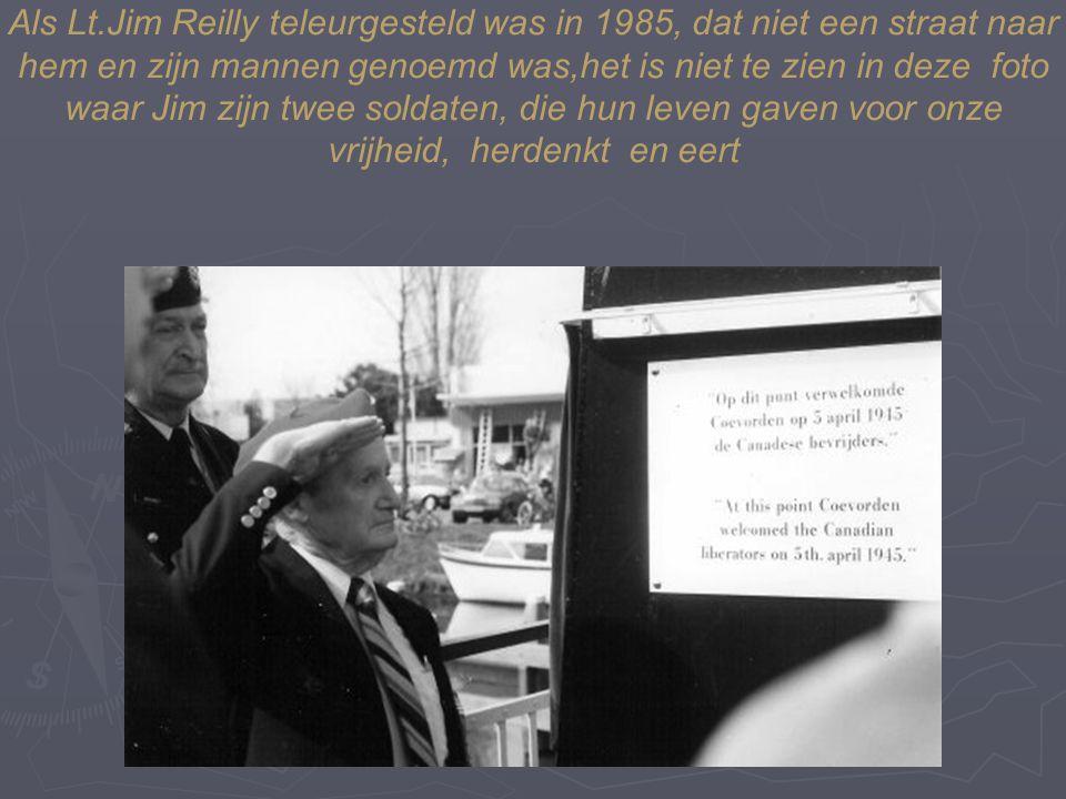 19 Als Lt.Jim Reilly teleurgesteld was in 1985, dat niet een straat naar hem en zijn mannen genoemd was,het is niet te zien in deze foto waar Jim zijn twee soldaten, die hun leven gaven voor onze vrijheid, herdenkt en eert