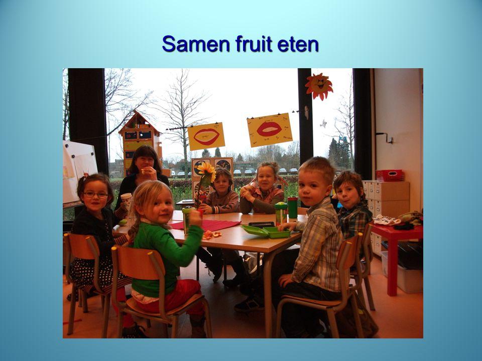 Samen fruit eten