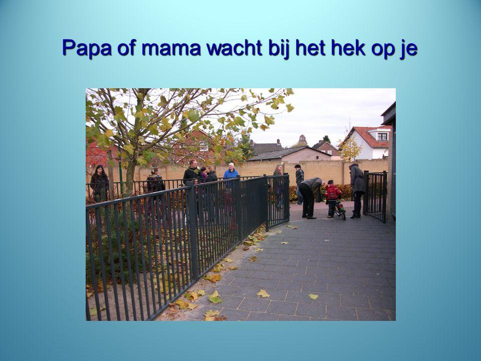 Papa of mama wacht bij het hek op je