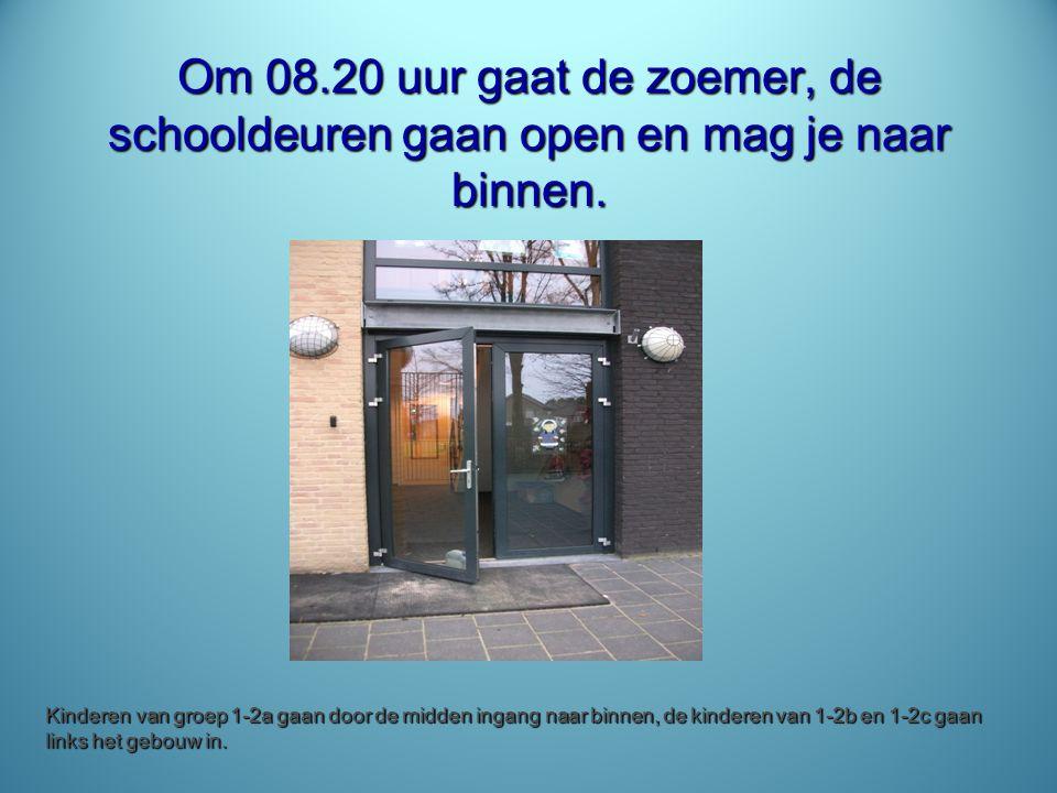 Om 08.20 uur gaat de zoemer, de schooldeuren gaan open en mag je naar binnen. Kinderen van groep 1-2a gaan door de midden ingang naar binnen, de kinde