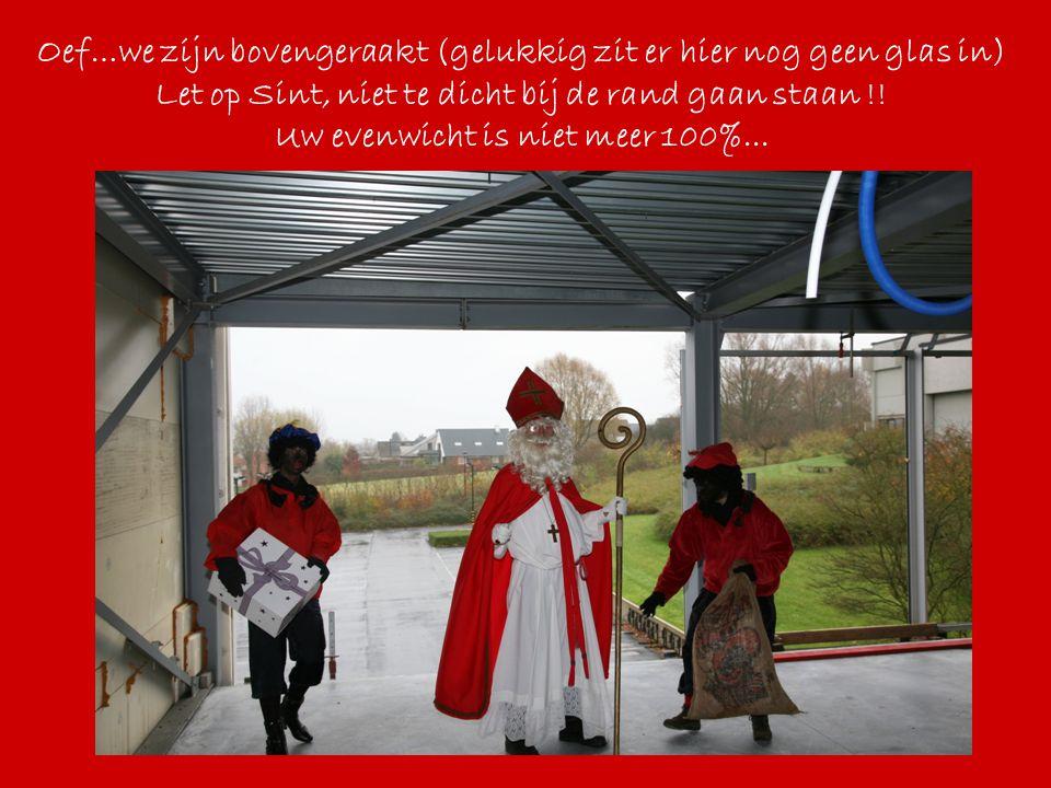 Oef…we zijn bovengeraakt (gelukkig zit er hier nog geen glas in) Let op Sint, niet te dicht bij de rand gaan staan !! Uw evenwicht is niet meer 100%..