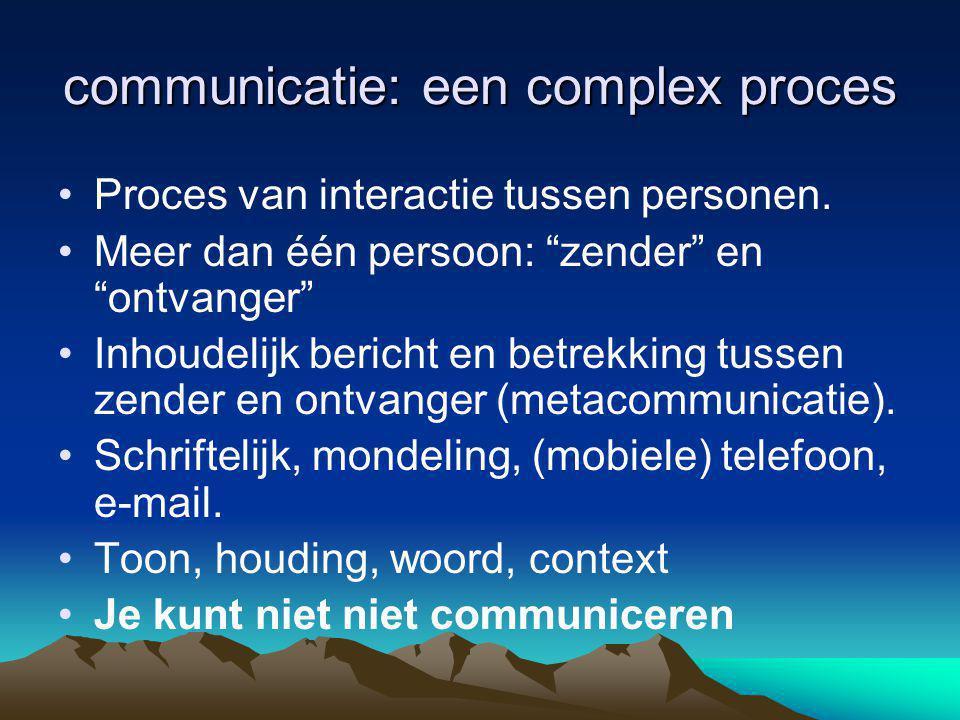 """communicatie: een complex proces •Proces van interactie tussen personen. •Meer dan één persoon: """"zender"""" en """"ontvanger"""" •Inhoudelijk bericht en betrek"""