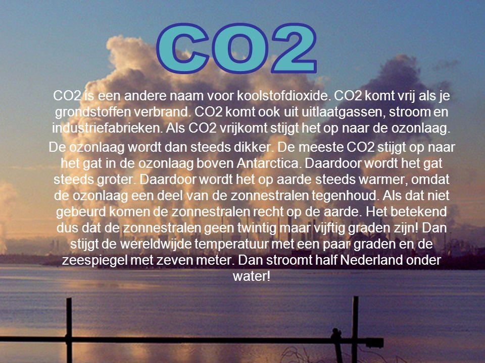 CO2 is een andere naam voor koolstofdioxide. CO2 komt vrij als je grondstoffen verbrand. CO2 komt ook uit uitlaatgassen, stroom en industriefabrieken.