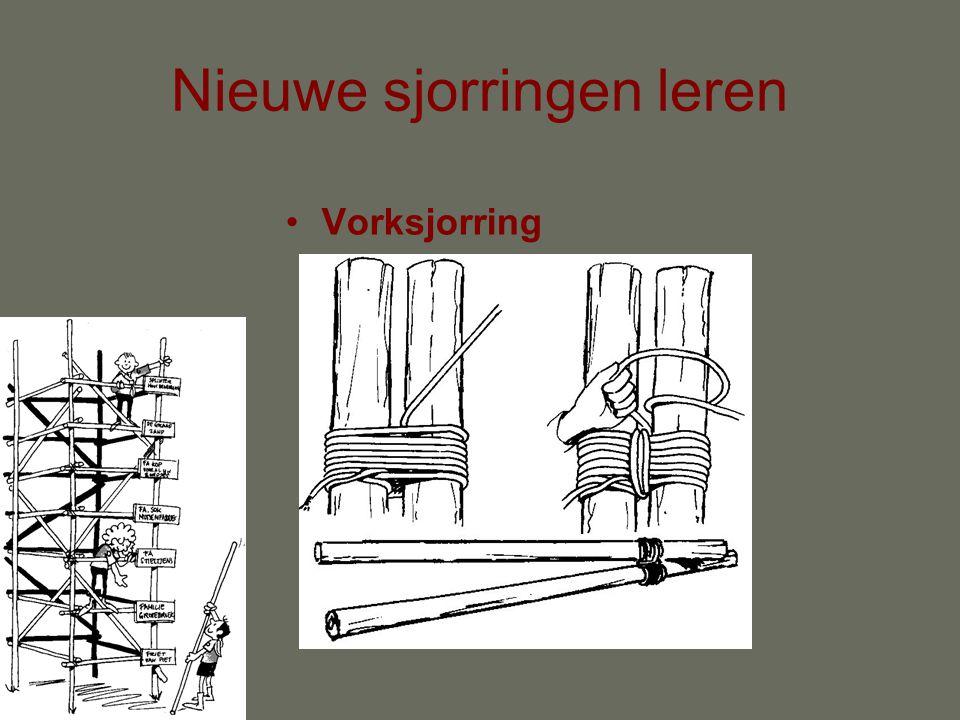 Nieuwe sjorringen leren •Steigersjorring Start met mastworp om beide palen in het midden van het touw. Leg om en om de touwen om de paal, waarbij de k
