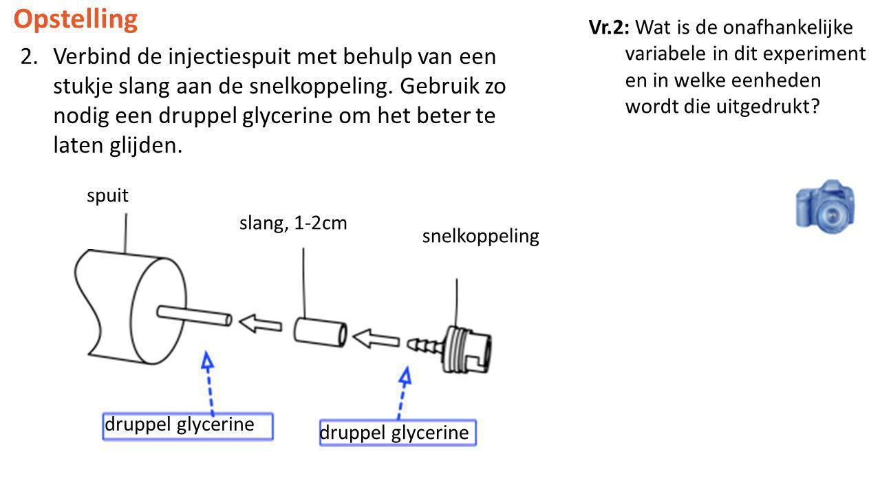 Opstelling 2.Verbind de injectiespuit met behulp van een stukje slang aan de snelkoppeling. Gebruik zo nodig een druppel glycerine om het beter te lat