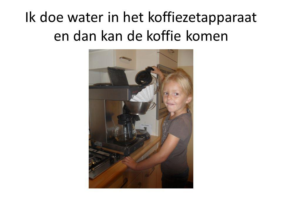 Ik doe water in het koffiezetapparaat en dan kan de koffie komen