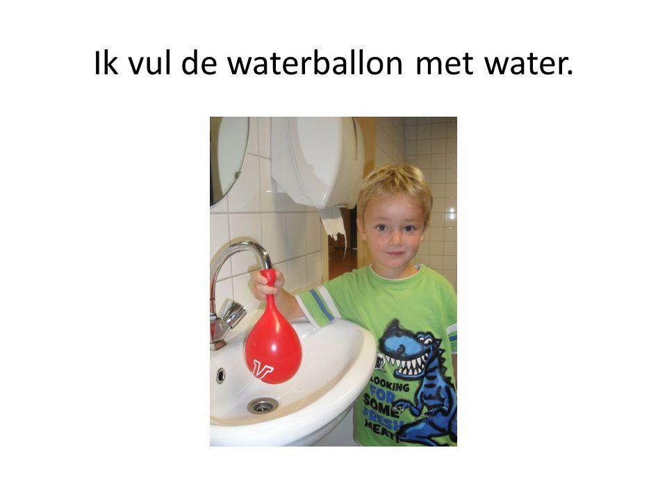 Ik vul de waterballon met water.