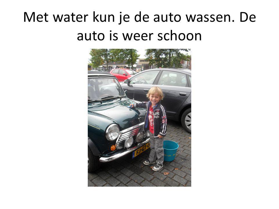 Met water kun je de auto wassen. De auto is weer schoon