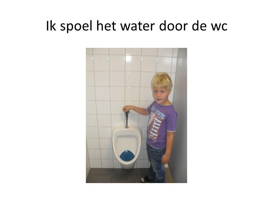 Ik spoel het water door de wc