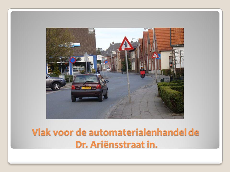 Vlak voor de automaterialenhandel de Dr. Ariënsstraat in.