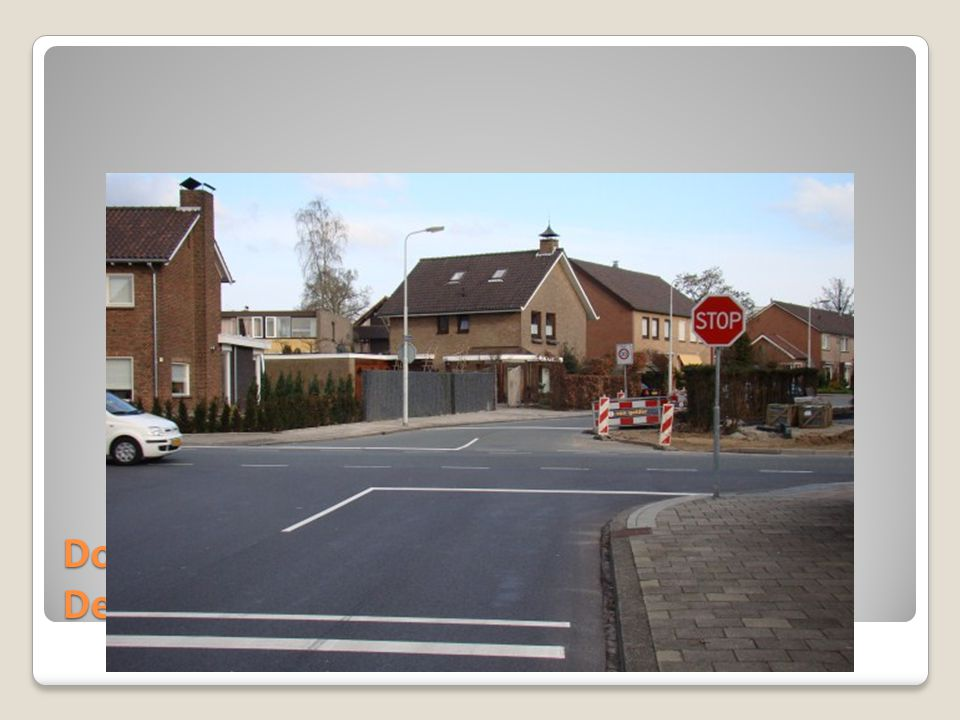 Doorrijden tot stopstreep, dan rechtsaf de Denekamperstraat op.