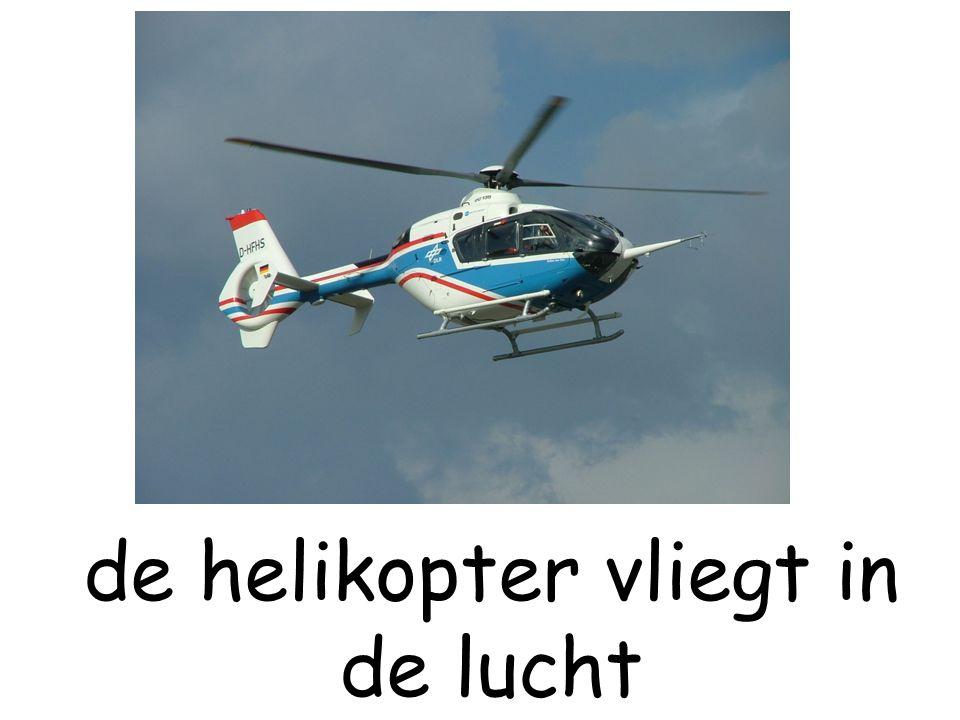 de helikopter vliegt in de lucht