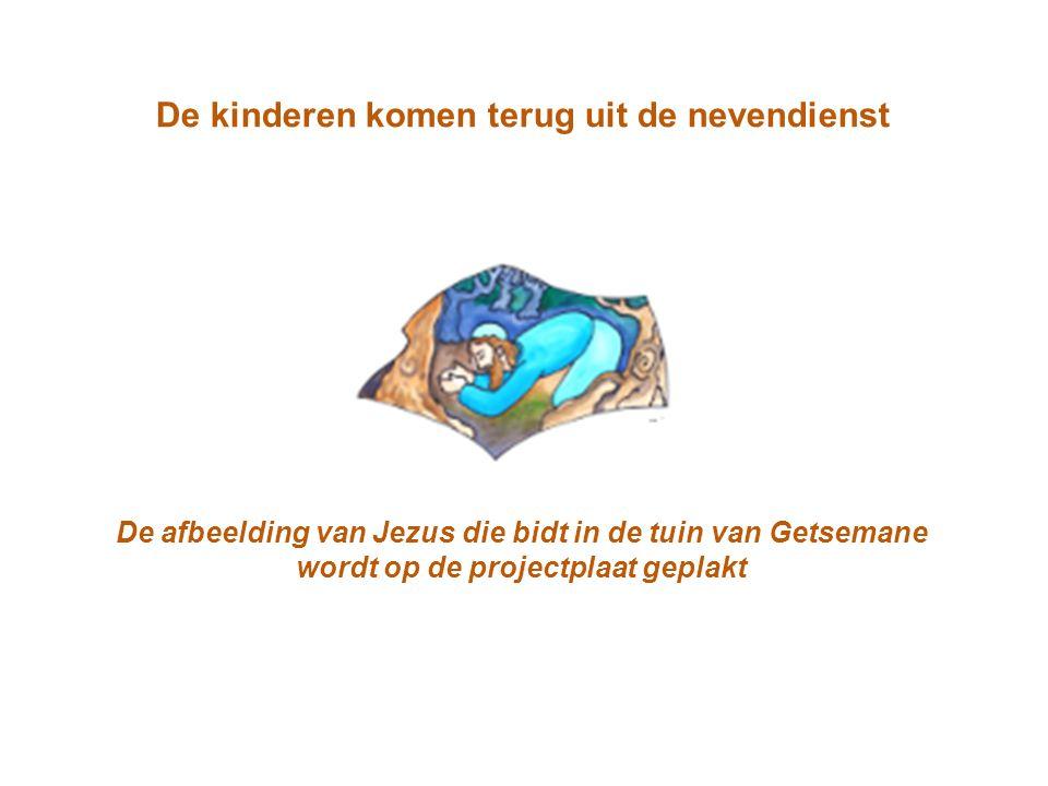 De kinderen komen terug uit de nevendienst De afbeelding van Jezus die bidt in de tuin van Getsemane wordt op de projectplaat geplakt