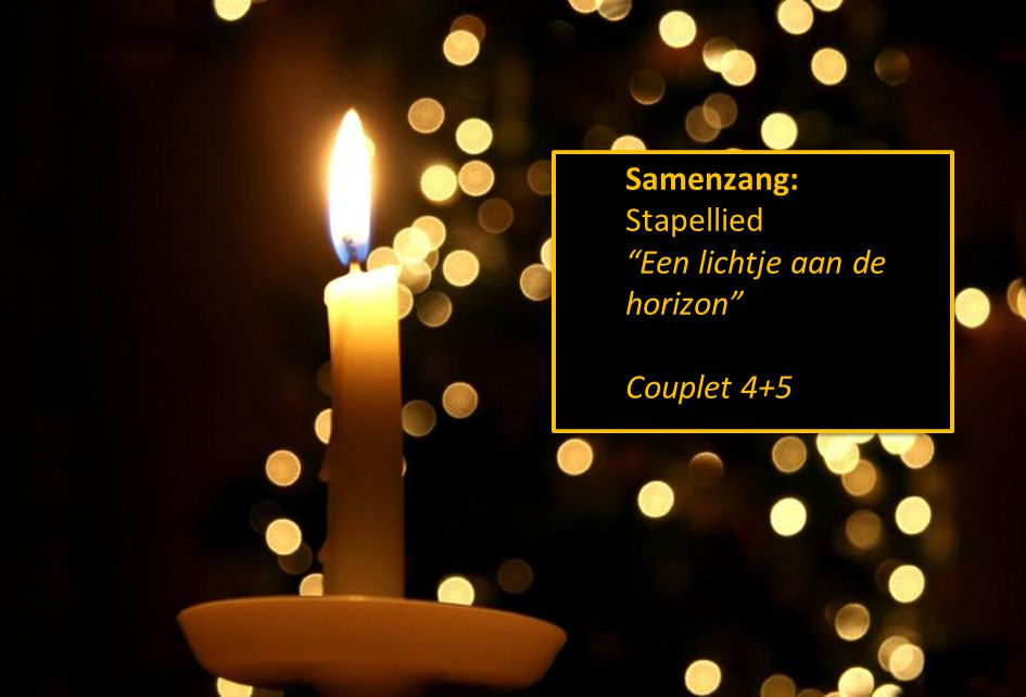 """Stil gebed, votum, groet Samenzang: Stapellied """"Een lichtje aan de horizon"""" Couplet 4+5 Samenzang: Stapellied """"Een lichtje aan de horizon"""" Couplet 4+5"""