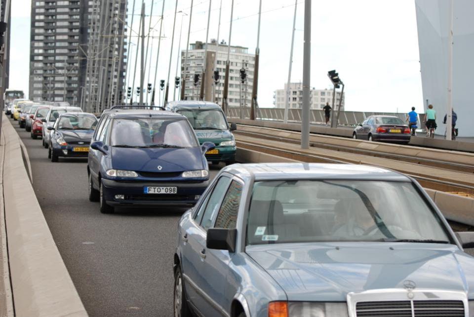 Voor dit plezierbootje moest de Erasmusbrug open, circa 100 auto's, fietsers, bromfietsers tram bus en voetgangers moesten wachten