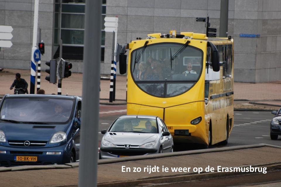 Zo ligt de Splashbus in de Nieuwe Maas te spartelen