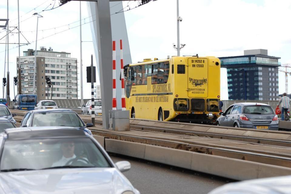 En zo rijdt ie weer op de Erasmusbrug