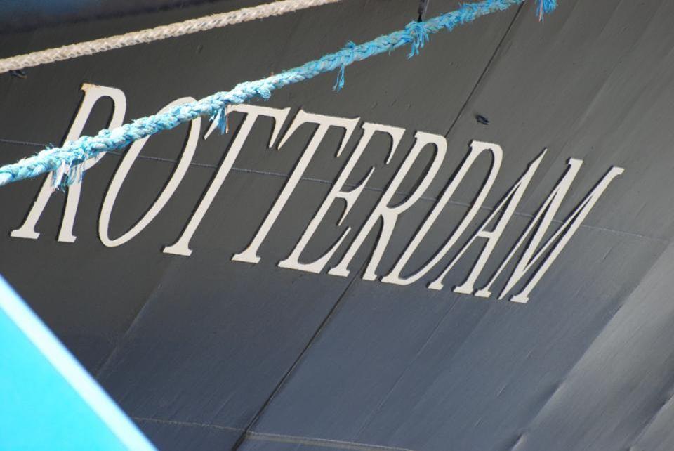 Er ligt een prachtige driemaster bij de Veerhaven
