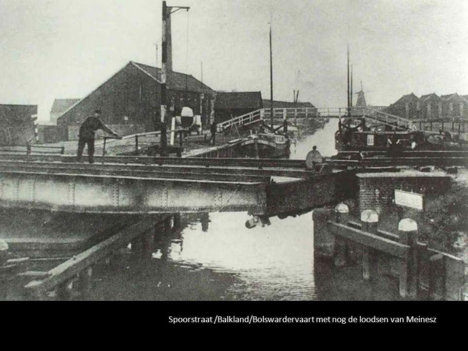 Spoorstraat /Balkland/Bolswardervaart met nog de loodsen van Meinesz