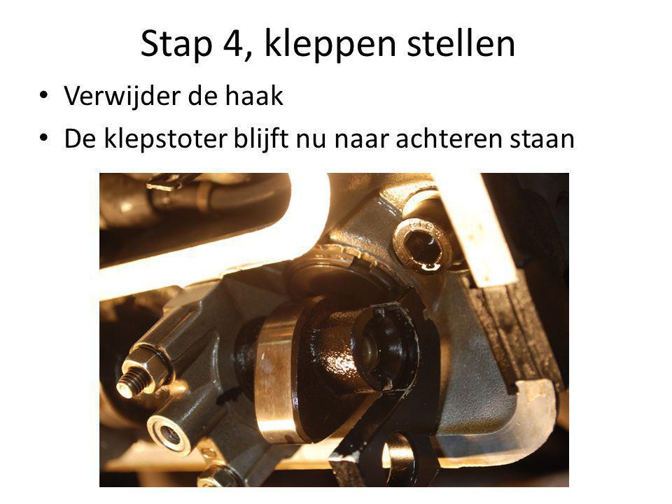 Stap 4, kleppen stellen • Verwijder de haak • De klepstoter blijft nu naar achteren staan