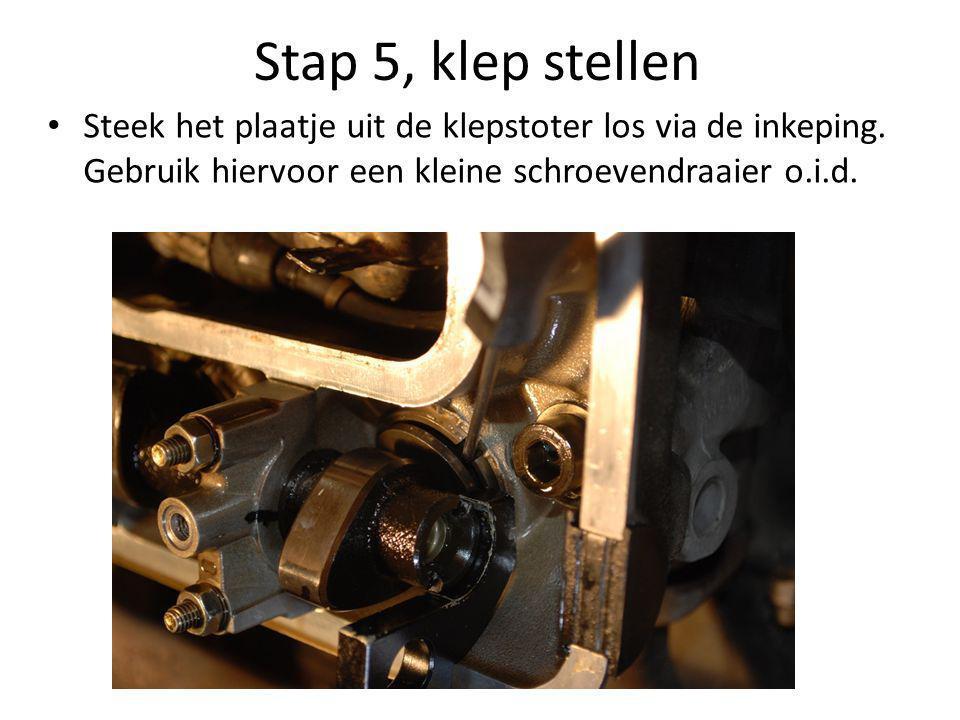 Stap 5, klep stellen • Steek het plaatje uit de klepstoter los via de inkeping. Gebruik hiervoor een kleine schroevendraaier o.i.d.