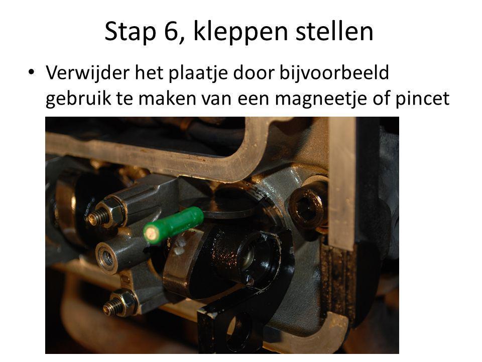 Stap 6, kleppen stellen • Verwijder het plaatje door bijvoorbeeld gebruik te maken van een magneetje of pincet