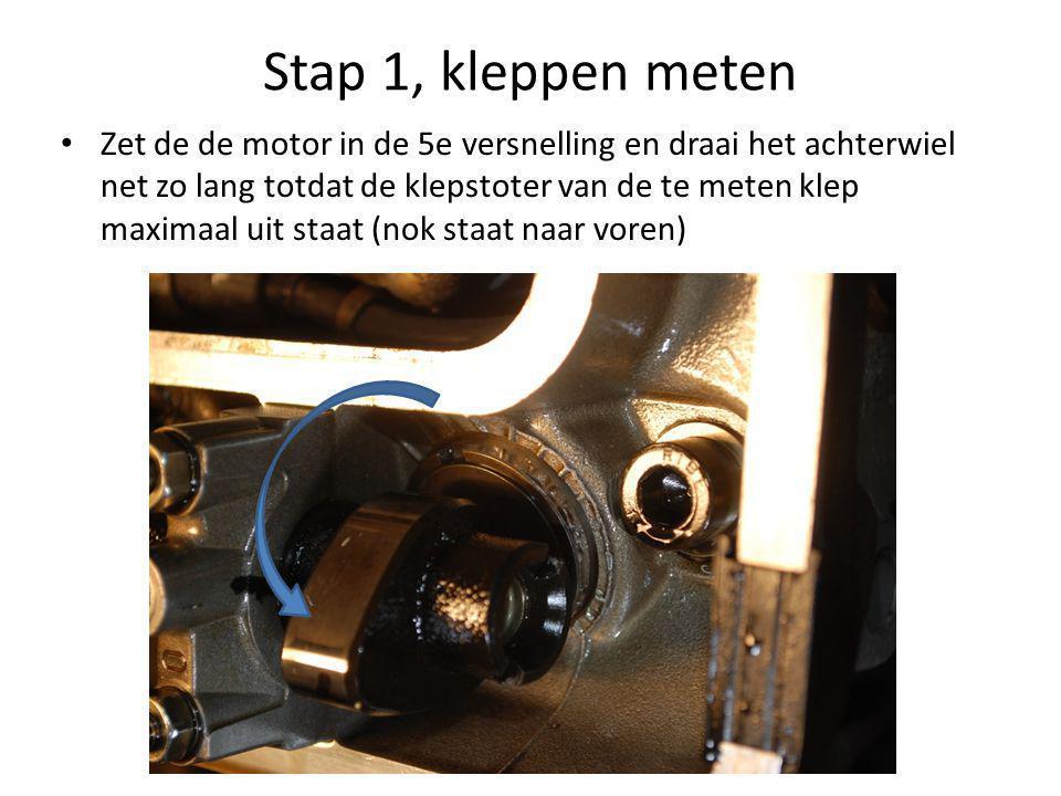 Stap 1, kleppen meten • Zet de de motor in de 5e versnelling en draai het achterwiel net zo lang totdat de klepstoter van de te meten klep maximaal uit staat (nok staat naar voren)