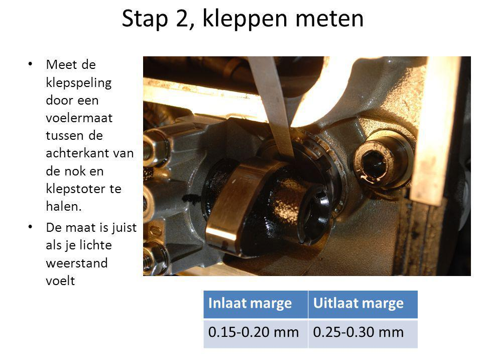 Stap 2, kleppen meten • Meet de klepspeling door een voelermaat tussen de achterkant van de nok en klepstoter te halen.