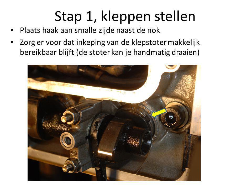 Stap 1, kleppen stellen • Plaats haak aan smalle zijde naast de nok • Zorg er voor dat inkeping van de klepstoter makkelijk bereikbaar blijft (de stot