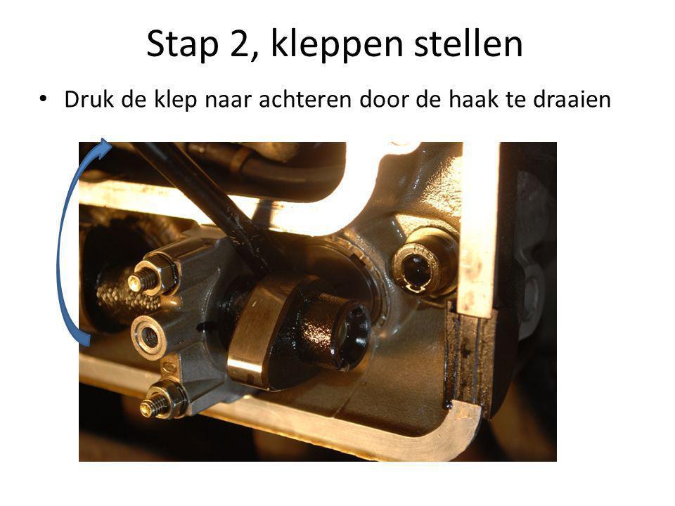 Stap 2, kleppen stellen • Druk de klep naar achteren door de haak te draaien