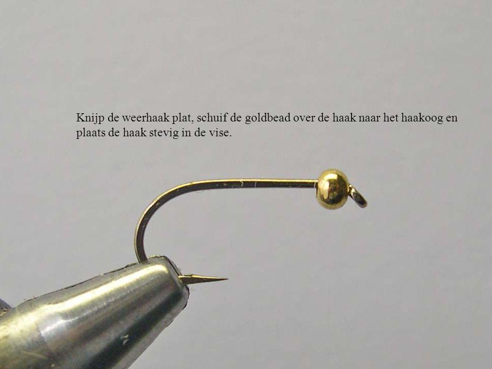 Knijp de weerhaak plat, schuif de goldbead over de haak naar het haakoog en plaats de haak stevig in de vise.