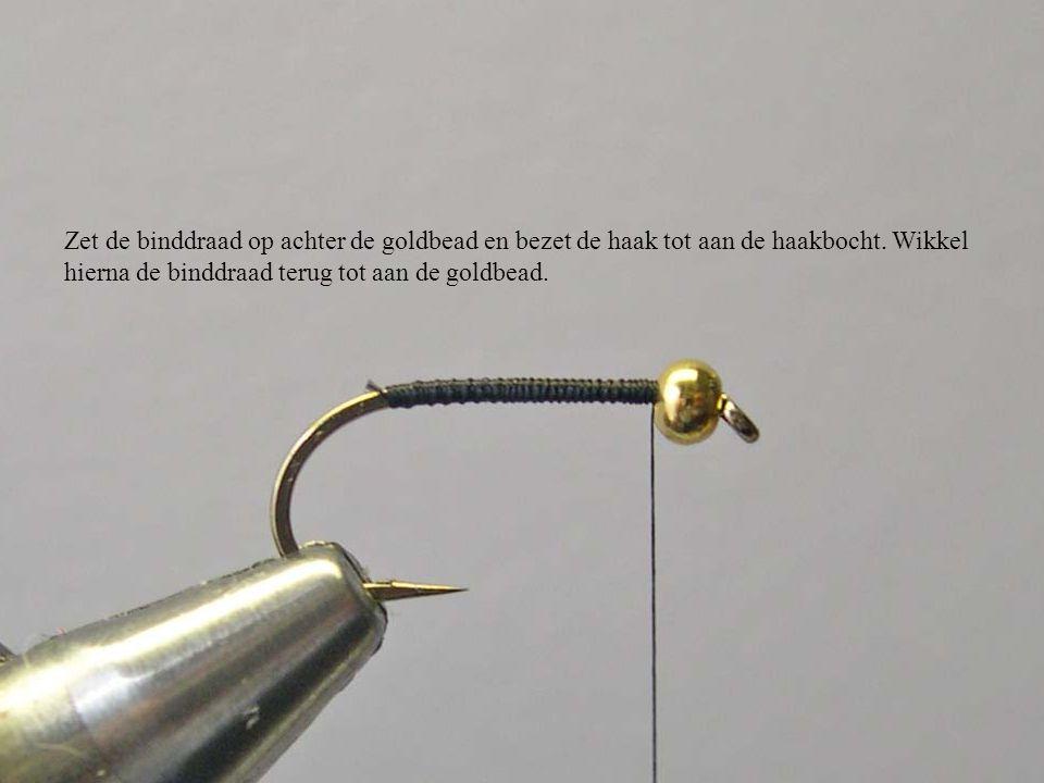 Zet de binddraad op achter de goldbead en bezet de haak tot aan de haakbocht. Wikkel hierna de binddraad terug tot aan de goldbead.