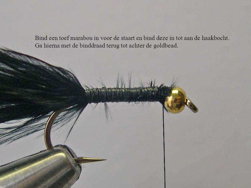 Bind een toef marabou in voor de staart en bind deze in tot aan de haakbocht. Ga hierna met de binddraad terug tot achter de goldbead.
