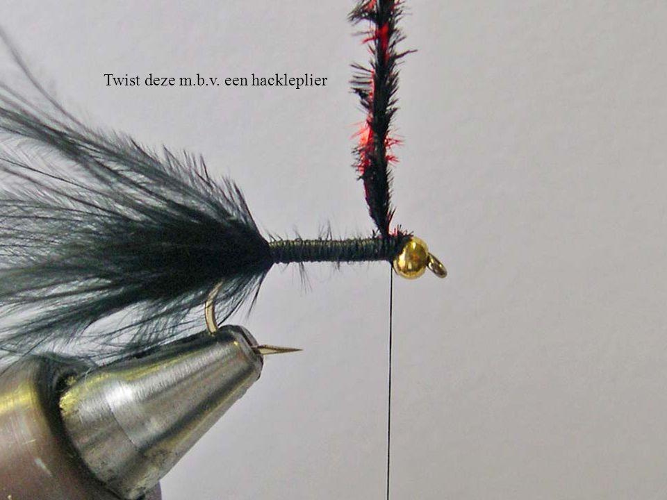 Wikkel de getwiste struisvogelfibers netjes tot aan de haakbocht en weer terug tot achter de goldbead.