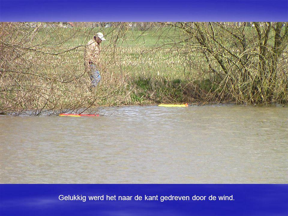 Gelukkig werd het naar de kant gedreven door de wind.