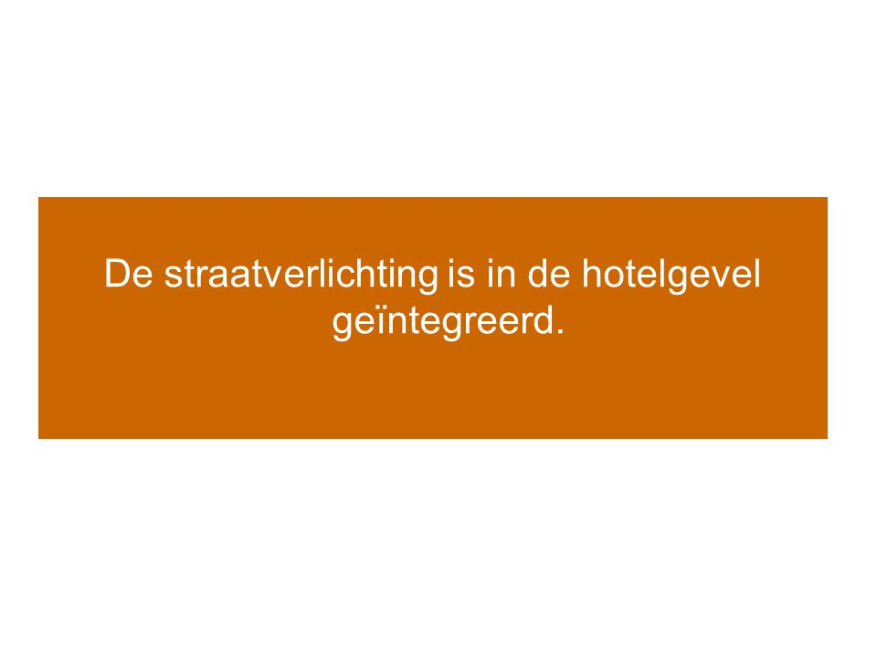 De straatverlichting is in de hotelgevel geïntegreerd.