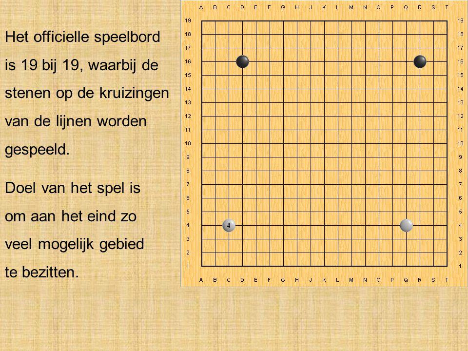 Het officielle speelbord is 19 bij 19, waarbij de stenen op de kruizingen van de lijnen worden gespeeld.
