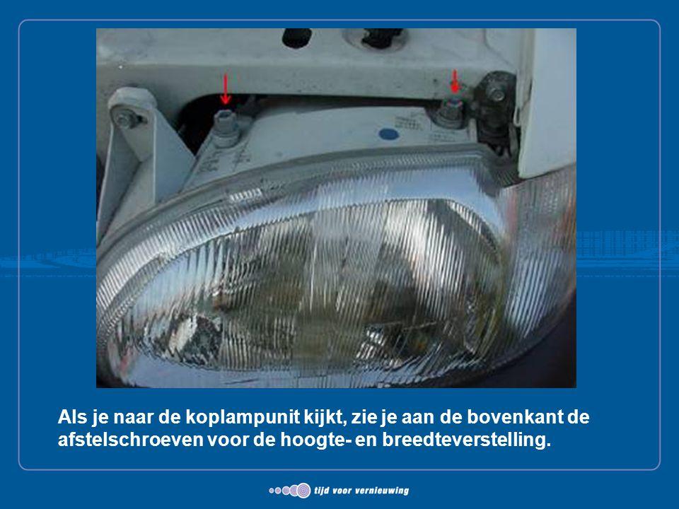 Als je naar de koplampunit kijkt, zie je aan de bovenkant de afstelschroeven voor de hoogte- en breedteverstelling.