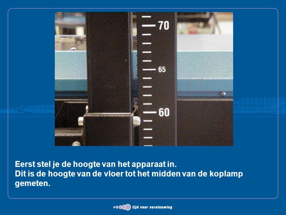 Eerst stel je de hoogte van het apparaat in. Dit is de hoogte van de vloer tot het midden van de koplamp gemeten.