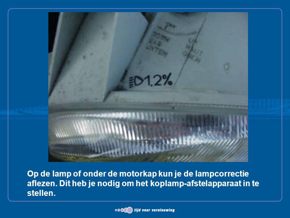 Op de lamp of onder de motorkap kun je de lampcorrectie aflezen. Dit heb je nodig om het koplamp-afstelapparaat in te stellen.