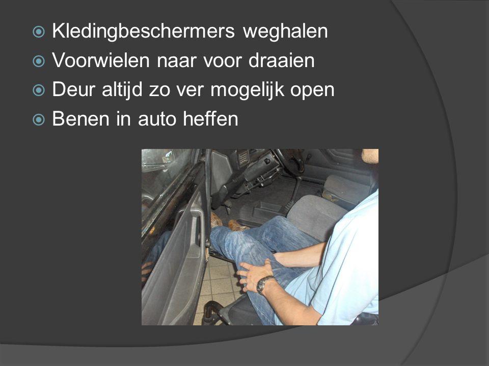  Kledingbeschermers weghalen  Voorwielen naar voor draaien  Deur altijd zo ver mogelijk open  Benen in auto heffen