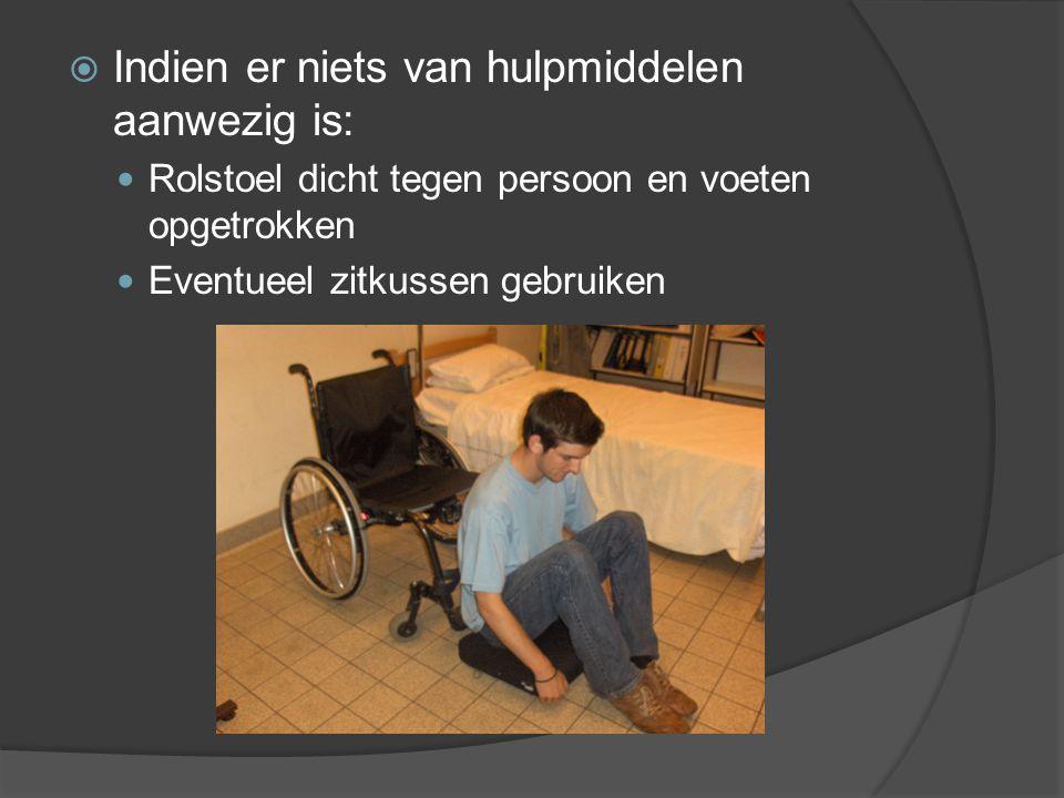  Indien er niets van hulpmiddelen aanwezig is: Rolstoel dicht tegen persoon en voeten opgetrokken Eventueel zitkussen gebruiken