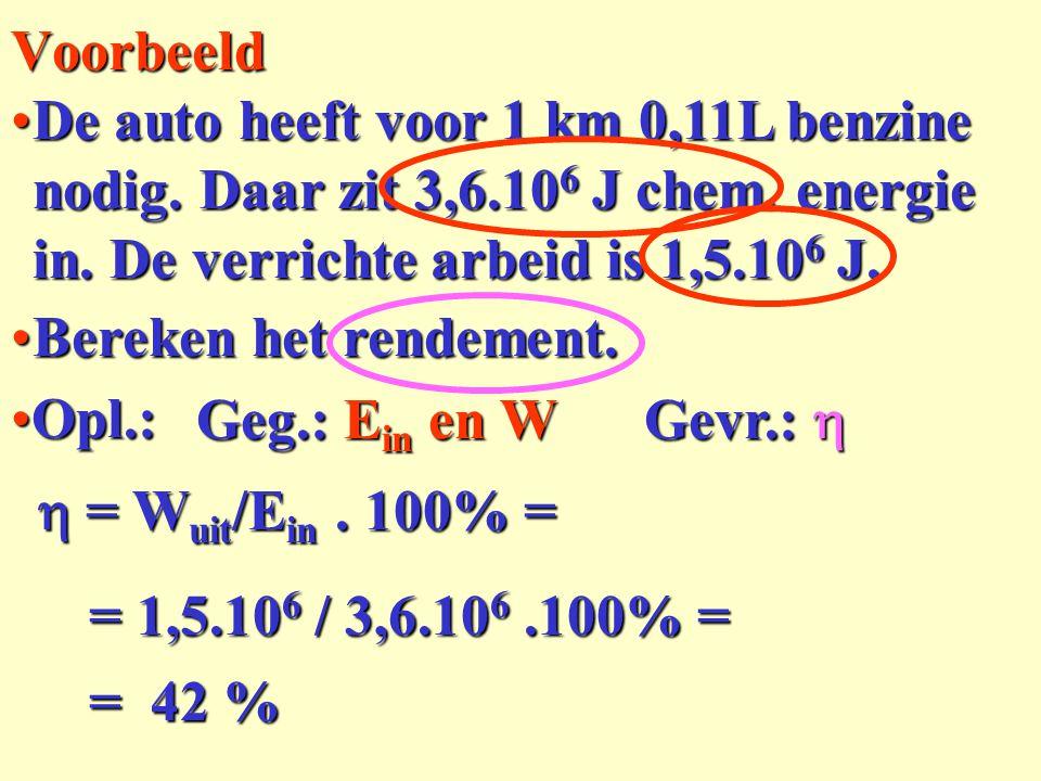De auto heeft voor 1 km 0,11L benzine nodig. Daar zit 3,6.10 6 J chem. energie in. De verrichte arbeid is 1,5.10 6 J.De auto heeft voor 1 km 0,11L ben