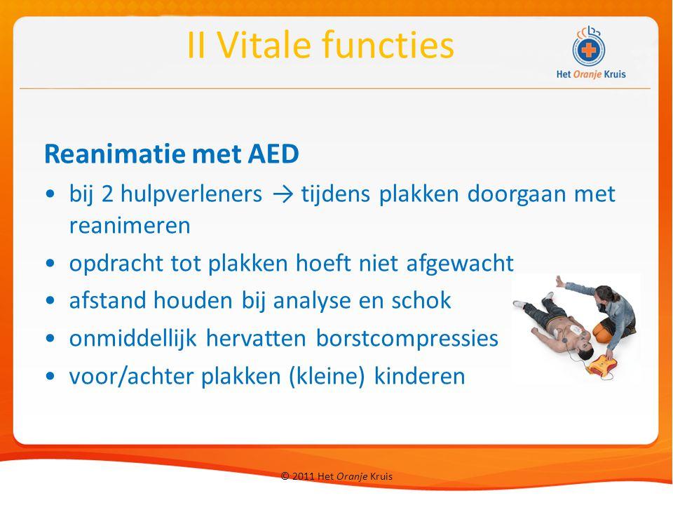 © 2011 Het Oranje Kruis Reanimatie met AED bij 2 hulpverleners → tijdens plakken doorgaan met reanimeren opdracht tot plakken hoeft niet afgewacht afs