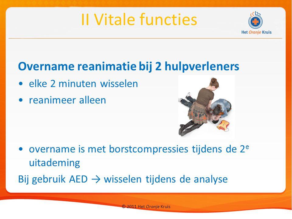 © 2011 Het Oranje Kruis Overname reanimatie bij 2 hulpverleners elke 2 minuten wisselen reanimeer alleen overname is met borstcompressies tijdens de 2