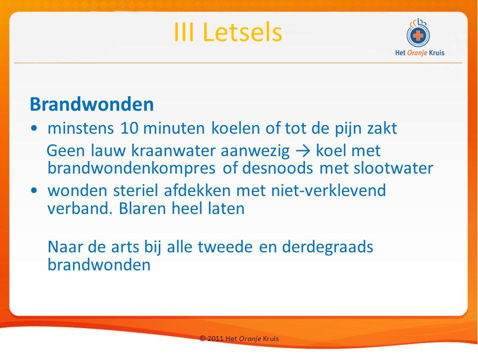 © 2011 Het Oranje Kruis Brandwonden minstens 10 minuten koelen of tot de pijn zakt Geen lauw kraanwater aanwezig → koel met brandwondenkompres of desn