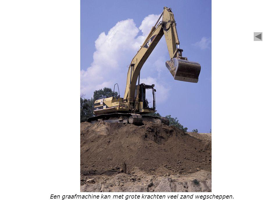 Een graafmachine kan met grote krachten veel zand wegscheppen.
