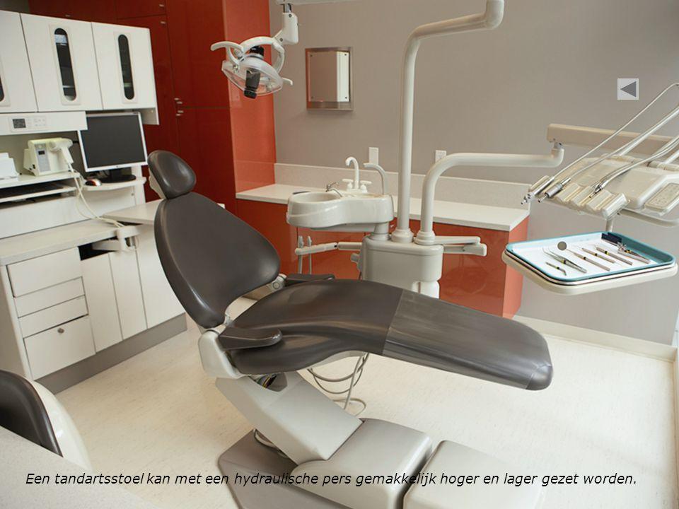 Een tandartsstoel kan met een hydraulische pers gemakkelijk hoger en lager gezet worden.