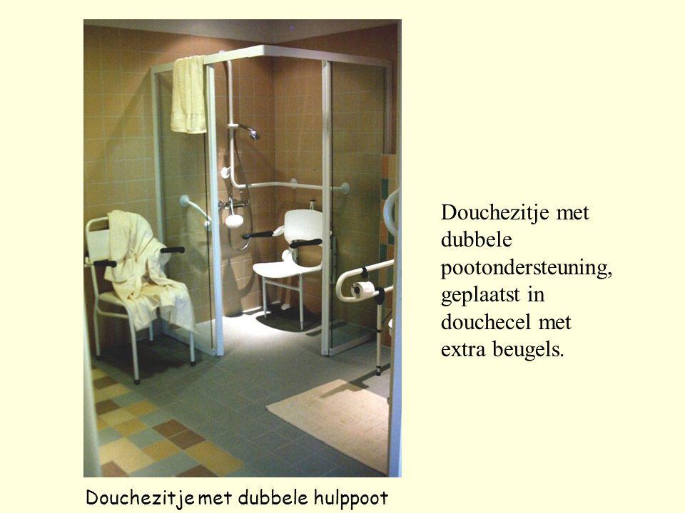 Douchezitje met dubbele hulppoot Douchezitje met dubbele pootondersteuning, geplaatst in douchecel met extra beugels.