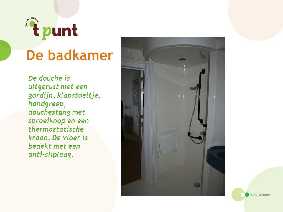 De douche is uitgerust met een gordijn, klapstoeltje, handgreep, douchestang met sproeiknop en een thermostatische kraan. De vloer is bedekt met een a